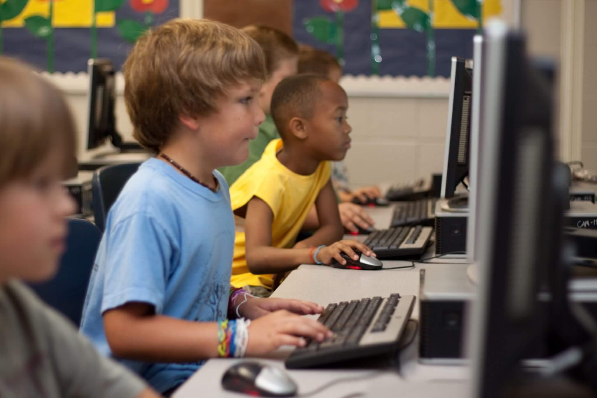 שפרגר ושות' - משרד עורך דין ביטוח, עוסקים גם בתאונות תלמידים. בתמונה: ילדים לומדים מול מחשבים
