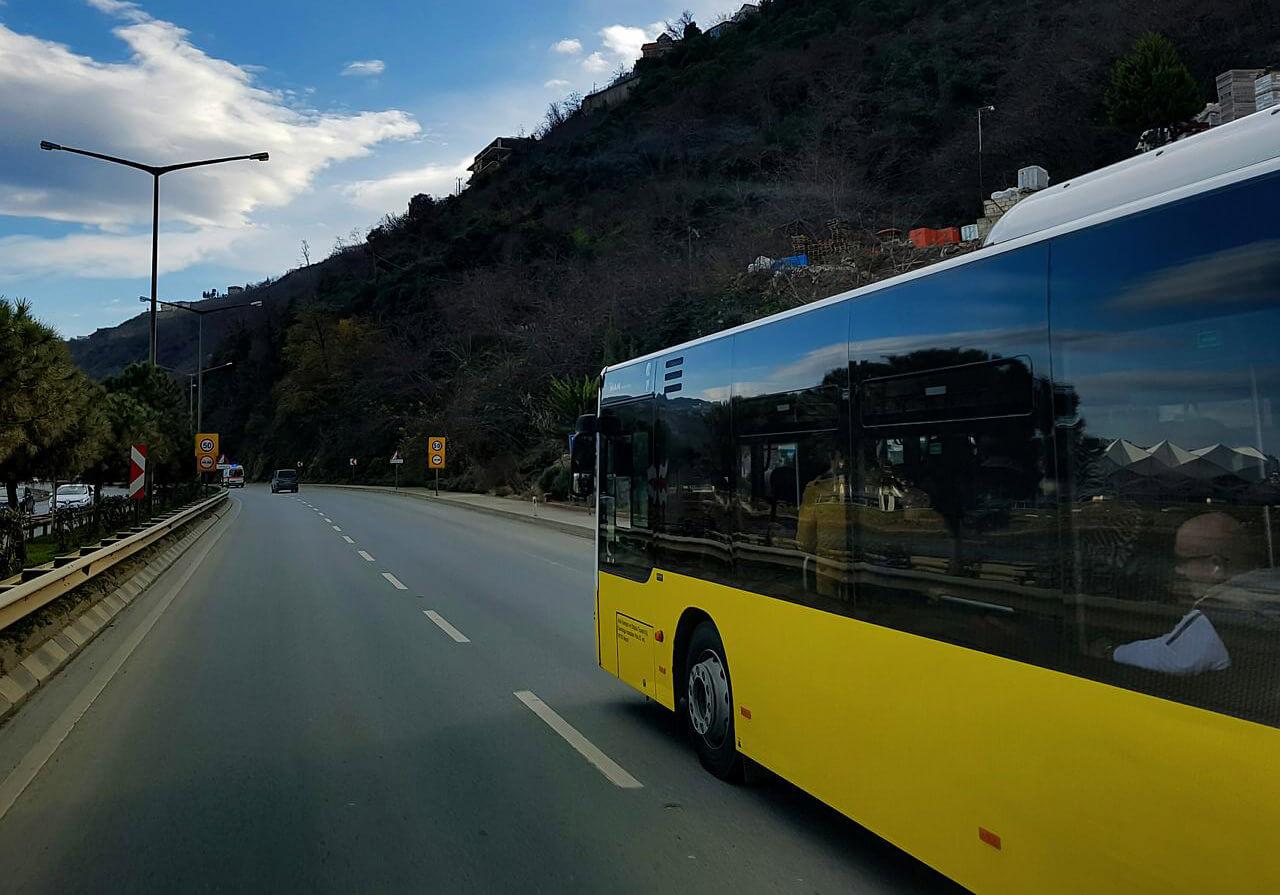 """שפרגר ושות - עו""""ד נזיקין מטפלים בתאונות תלמידים , בתמונה אוטובוס צהוב בנסיעה"""