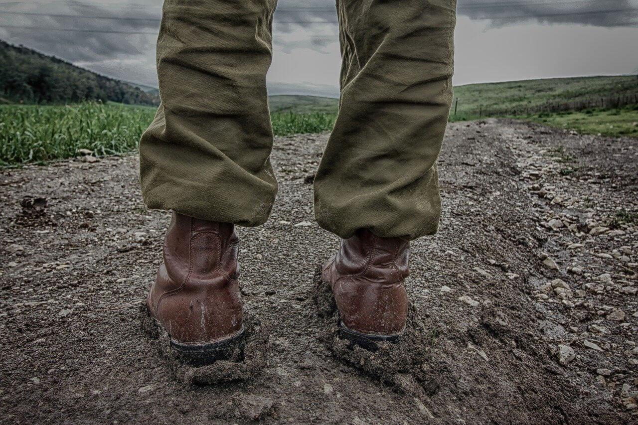 """שפרגר ושות - עו""""ד ביטוח , תמונה של רגליים של חייל בשטח"""